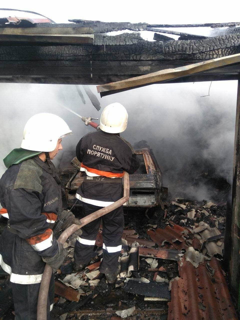 Машина, гараж, крыша летней кухни сгорели в результате пожара в Кривом Роге, - ФОТО  , фото-1