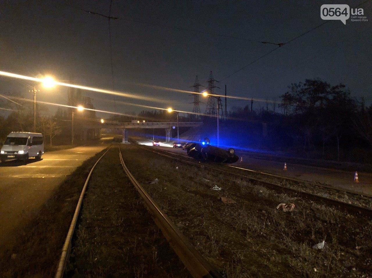 В Кривом Роге автомобиль перевернулся на трамвайной колее на крышу. Есть пострадавшие, - ФОТО , фото-1