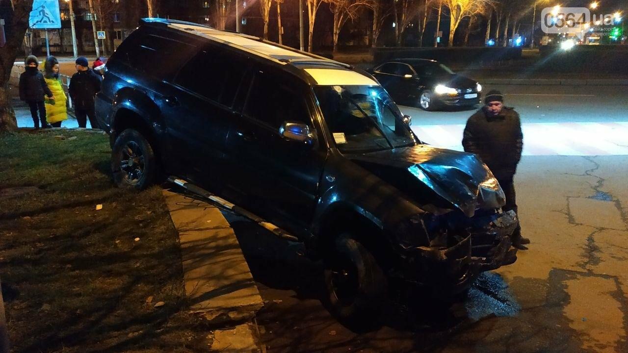 На площади Героев Кривбасса джип снес забор, два знака и застрял, - ФОТО , фото-4