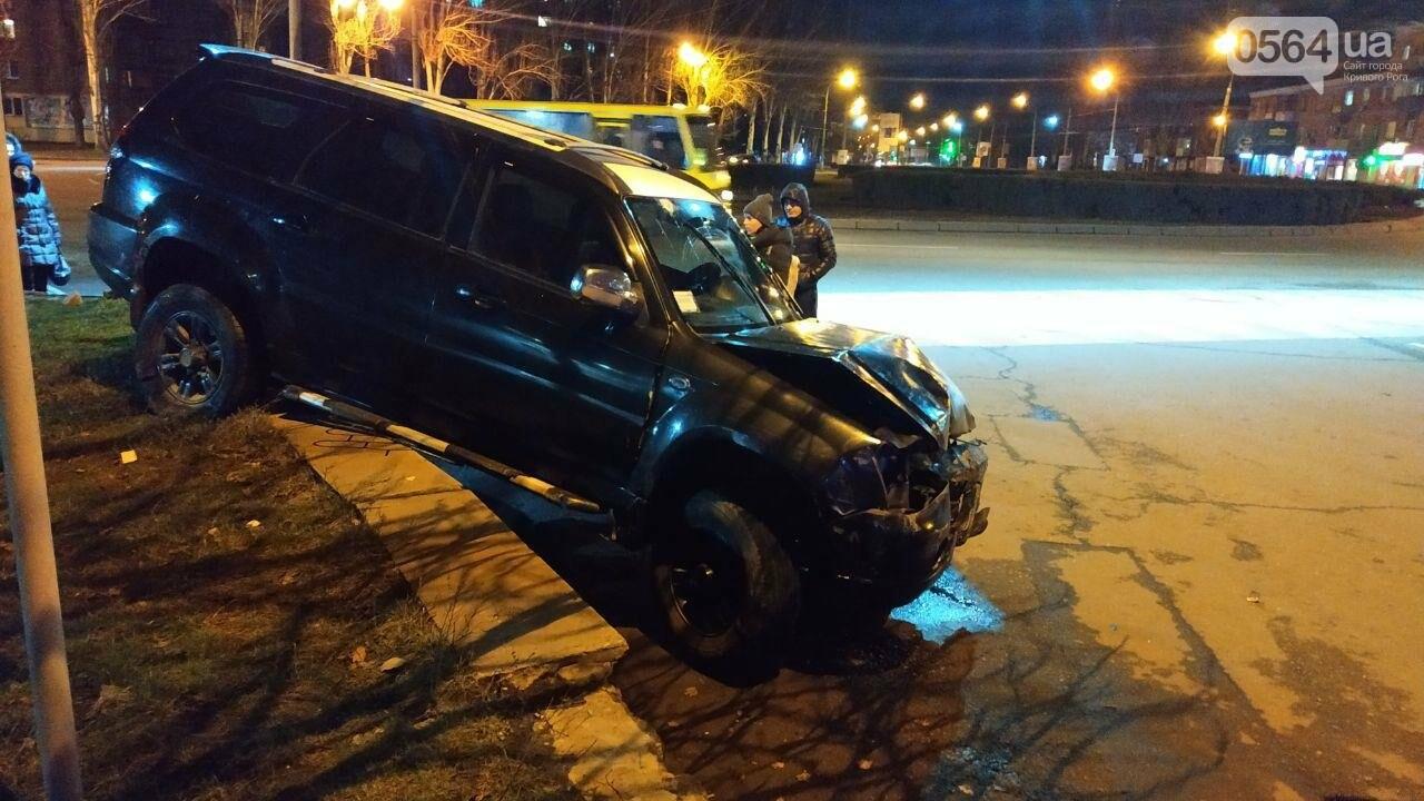 На площади Героев Кривбасса джип снес забор, два знака и застрял, - ФОТО , фото-7