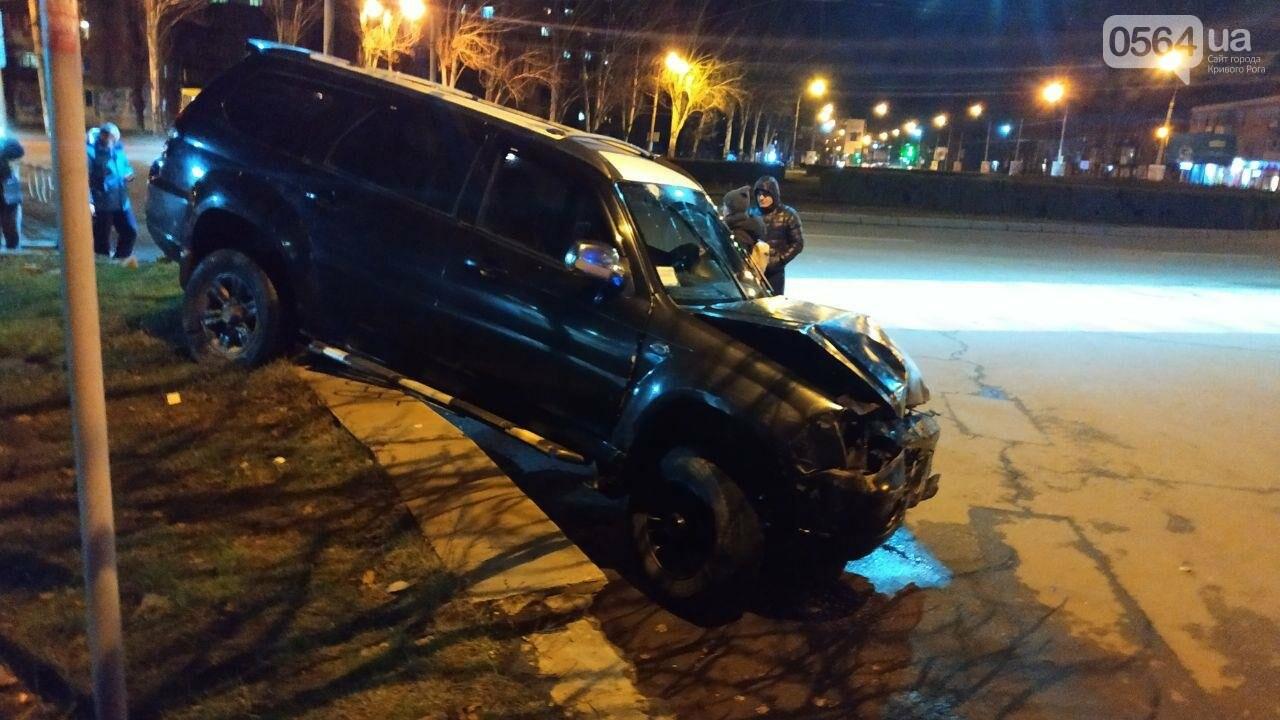 На площади Героев Кривбасса джип снес забор, два знака и застрял, - ФОТО , фото-1