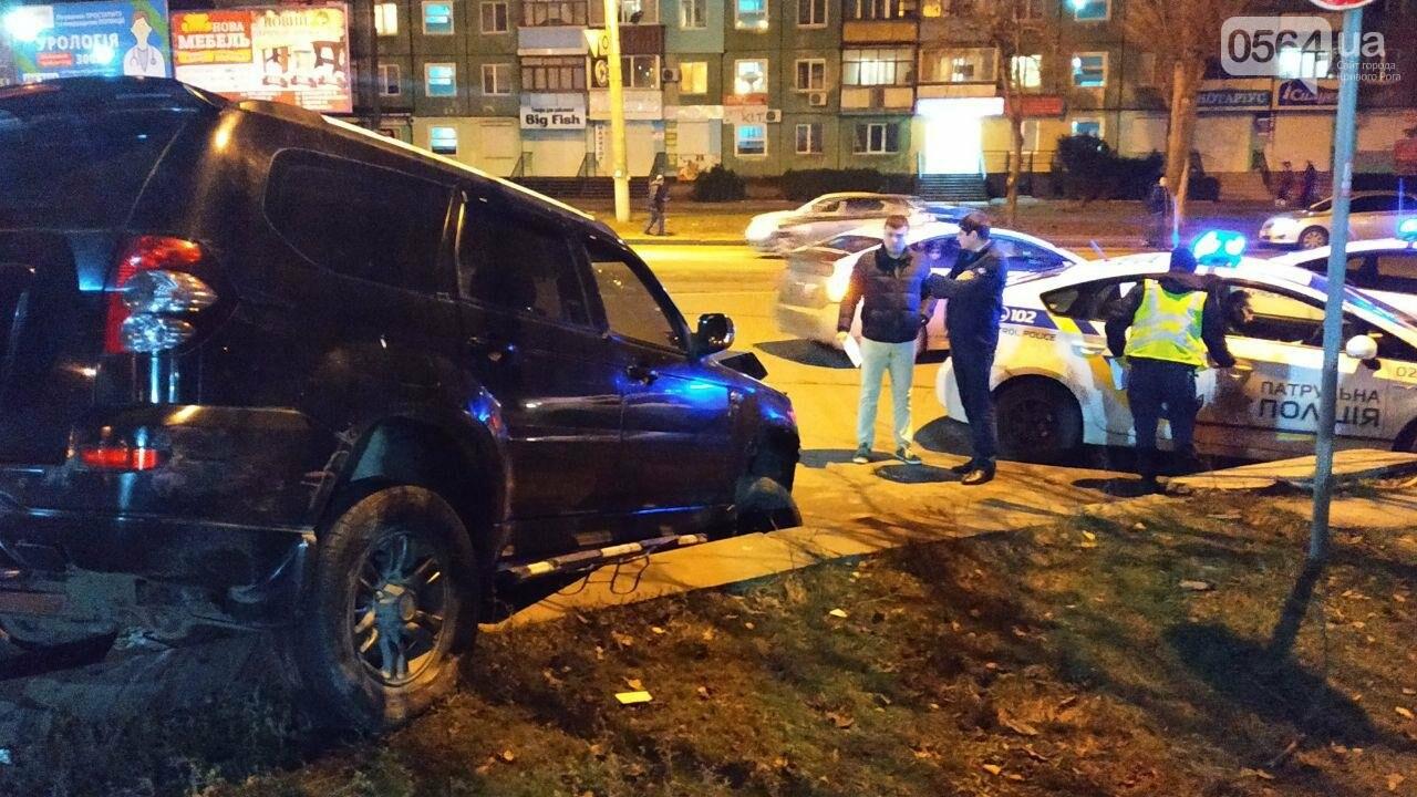 На площади Героев Кривбасса джип снес забор, два знака и застрял, - ФОТО , фото-2