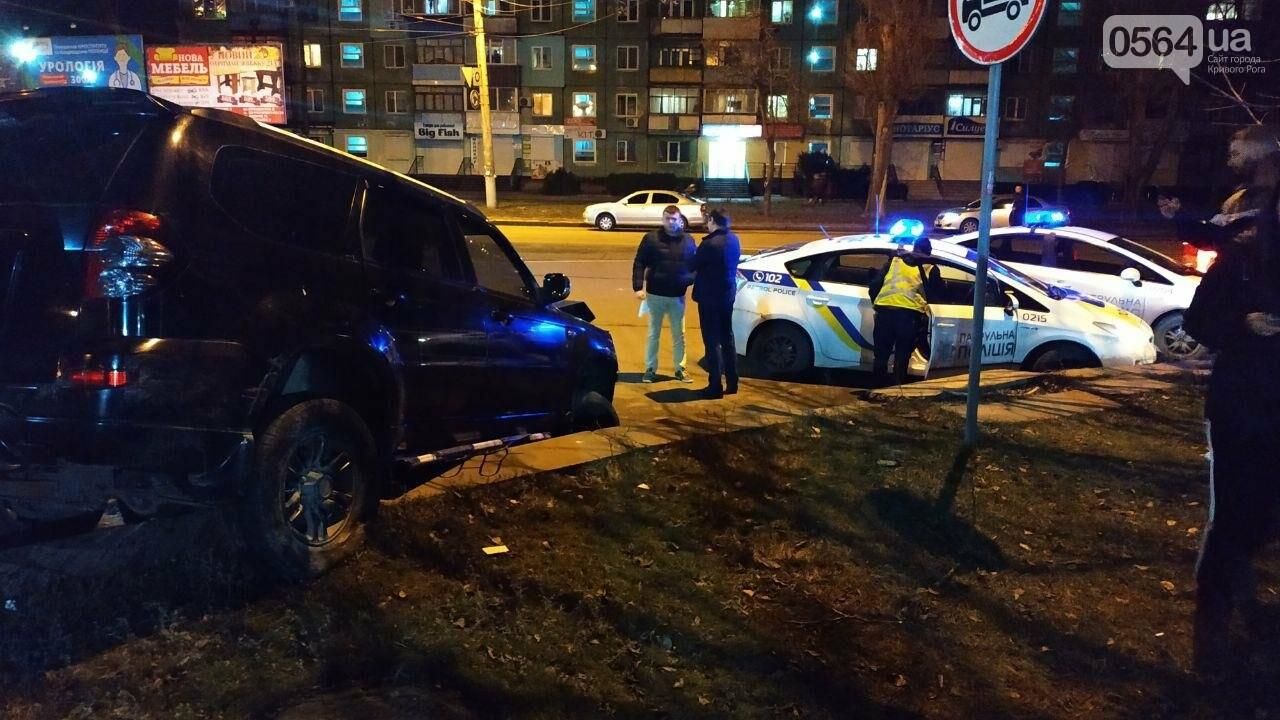 На площади Героев Кривбасса джип снес забор, два знака и застрял, - ФОТО , фото-9