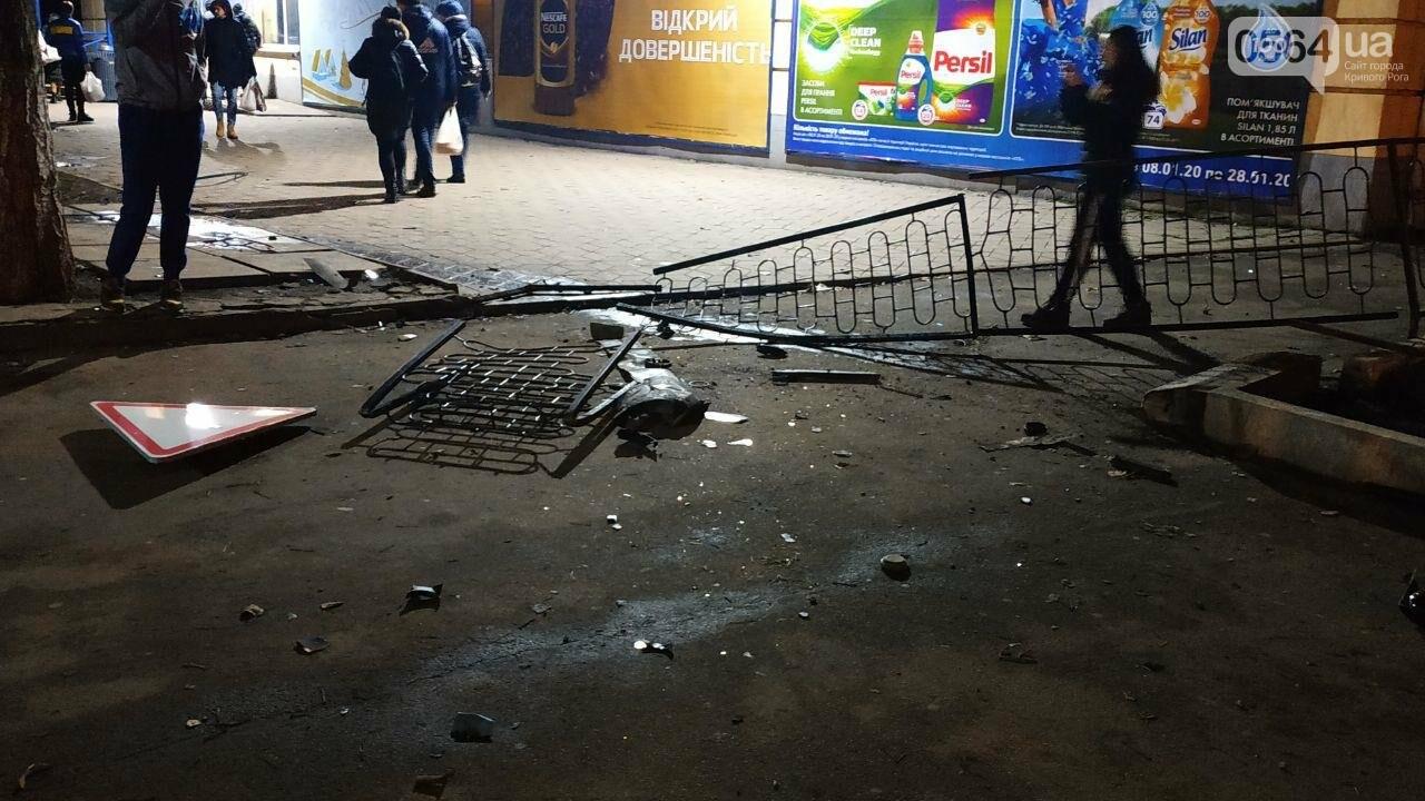 На площади Героев Кривбасса джип снес забор, два знака и застрял, - ФОТО , фото-6