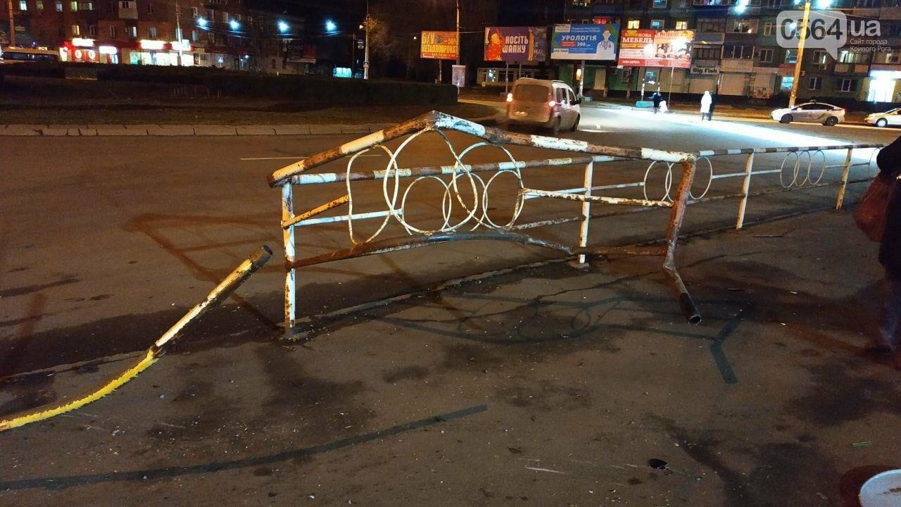 На площади Героев Кривбасса джип снес забор, два знака и застрял, - ФОТО , фото-10