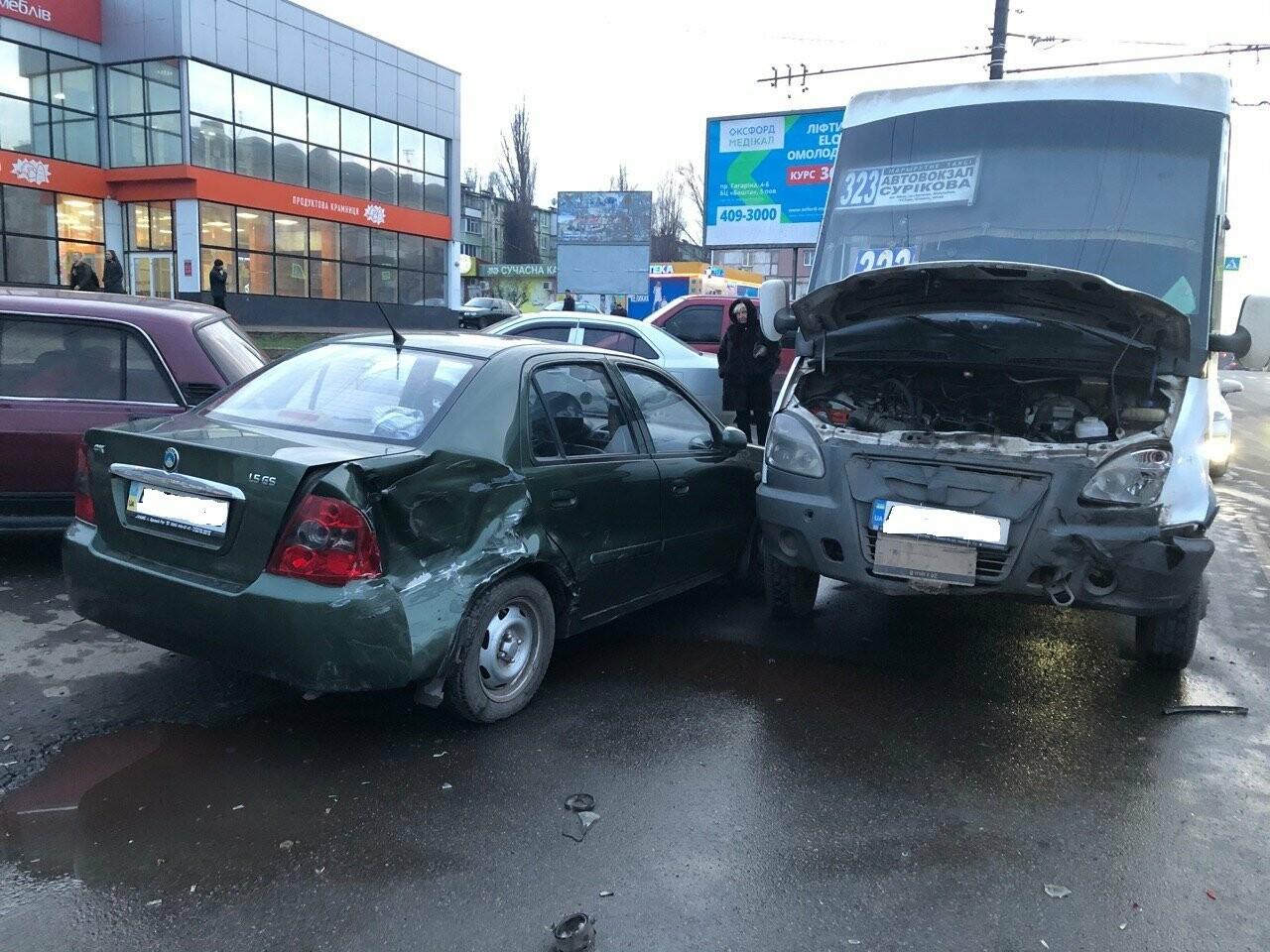 Припарковался: в Кривом Роге столкнулись две легковушки и маршрутка, - ФОТО, фото-1