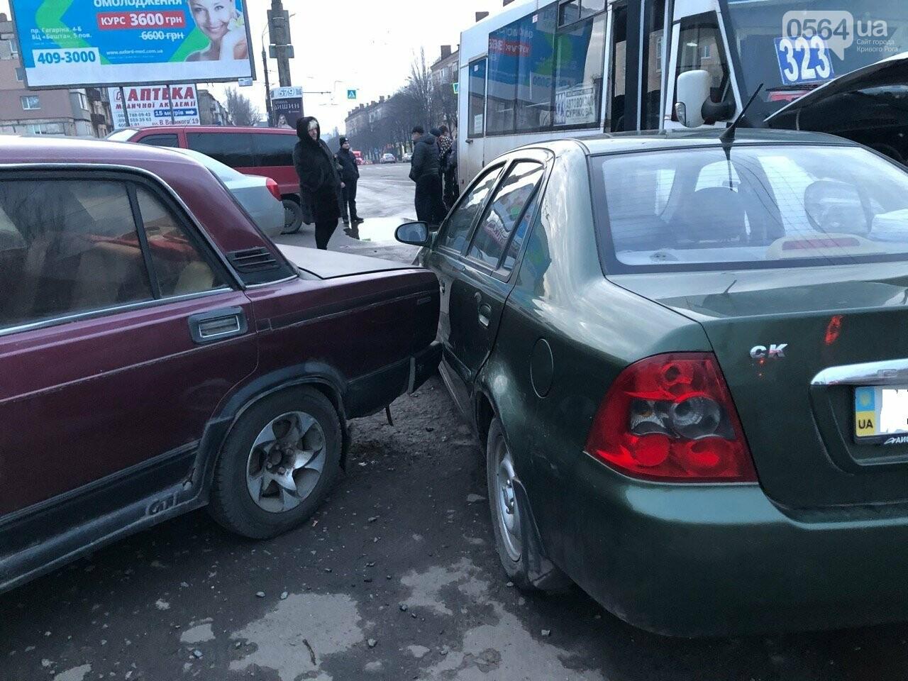 Припарковался: в Кривом Роге столкнулись две легковушки и маршрутка, - ФОТО, фото-2