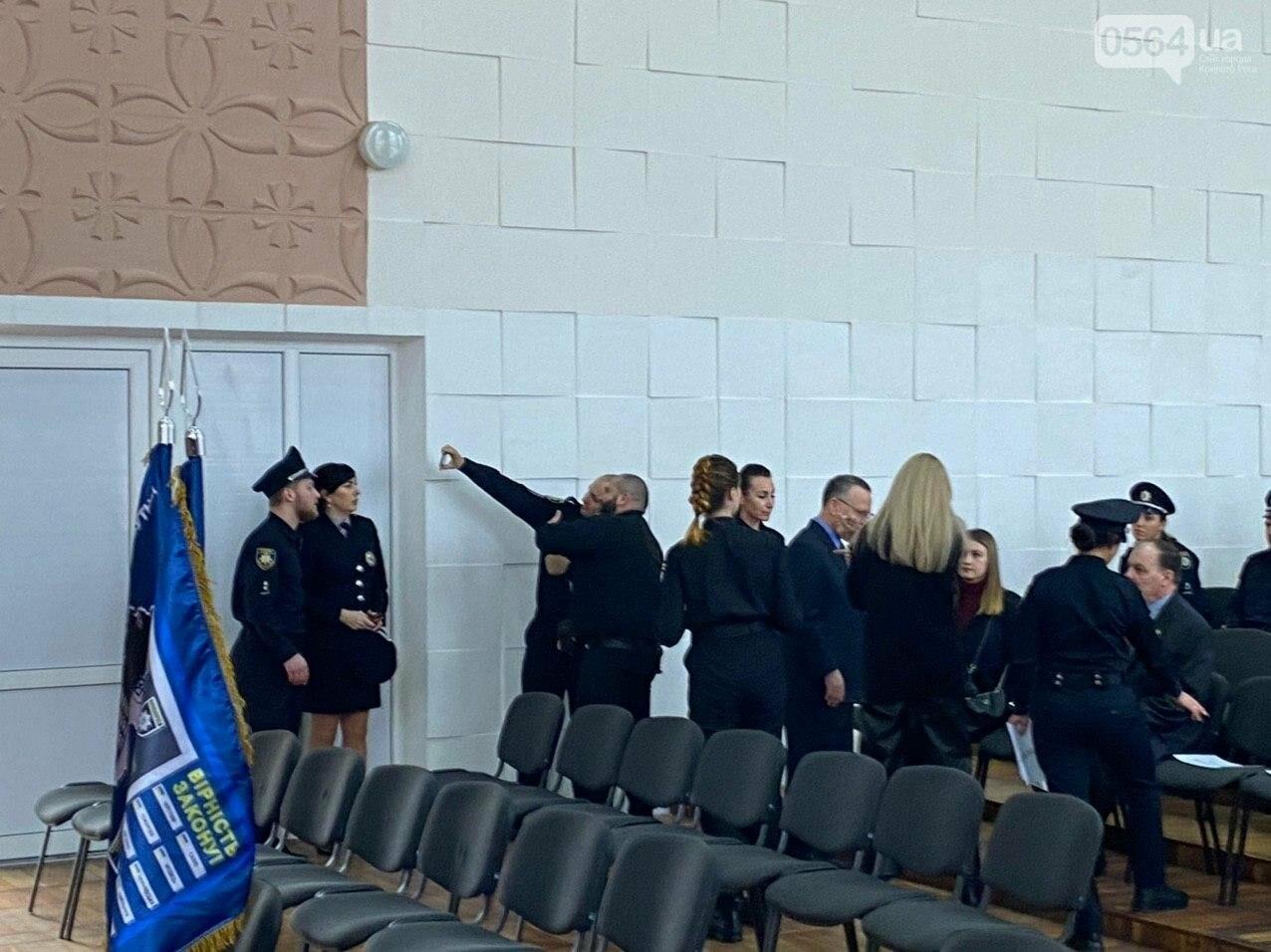 Присягу на верность украинскому народу принимают первые выпускники Криворожской академии патрульной полиции, - ФОТО, ПРЯМОЙ ЭФИР, фото-6
