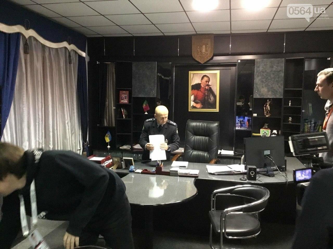 """Выпил и всю дорогу """"рисовал"""": 80 полицейских в Кривом Роге искали вандала, разрисовавшего дома, заборы, гаражи и памятник - ФОТО, ВИДЕО, фото-9"""