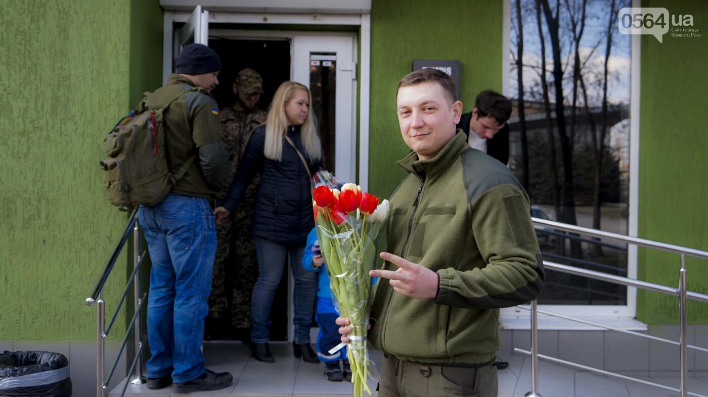 """В первый день весны в Кривом Роге участники боевых действий дарили женщинам цветы и """"гормон счастья"""", - ФОТО, ВИДЕО , фото-4"""