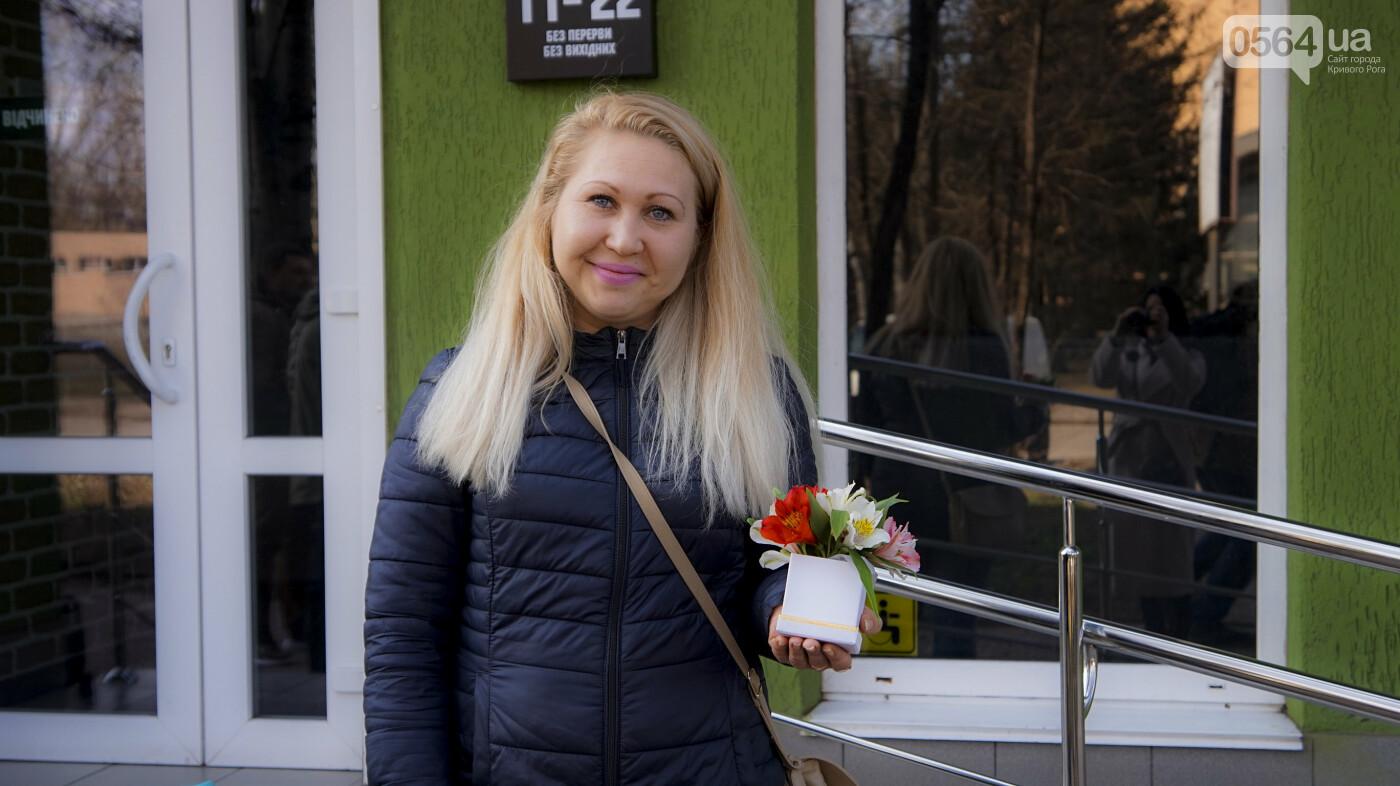 """В первый день весны в Кривом Роге участники боевых действий дарили женщинам цветы и """"гормон счастья"""", - ФОТО, ВИДЕО , фото-6"""
