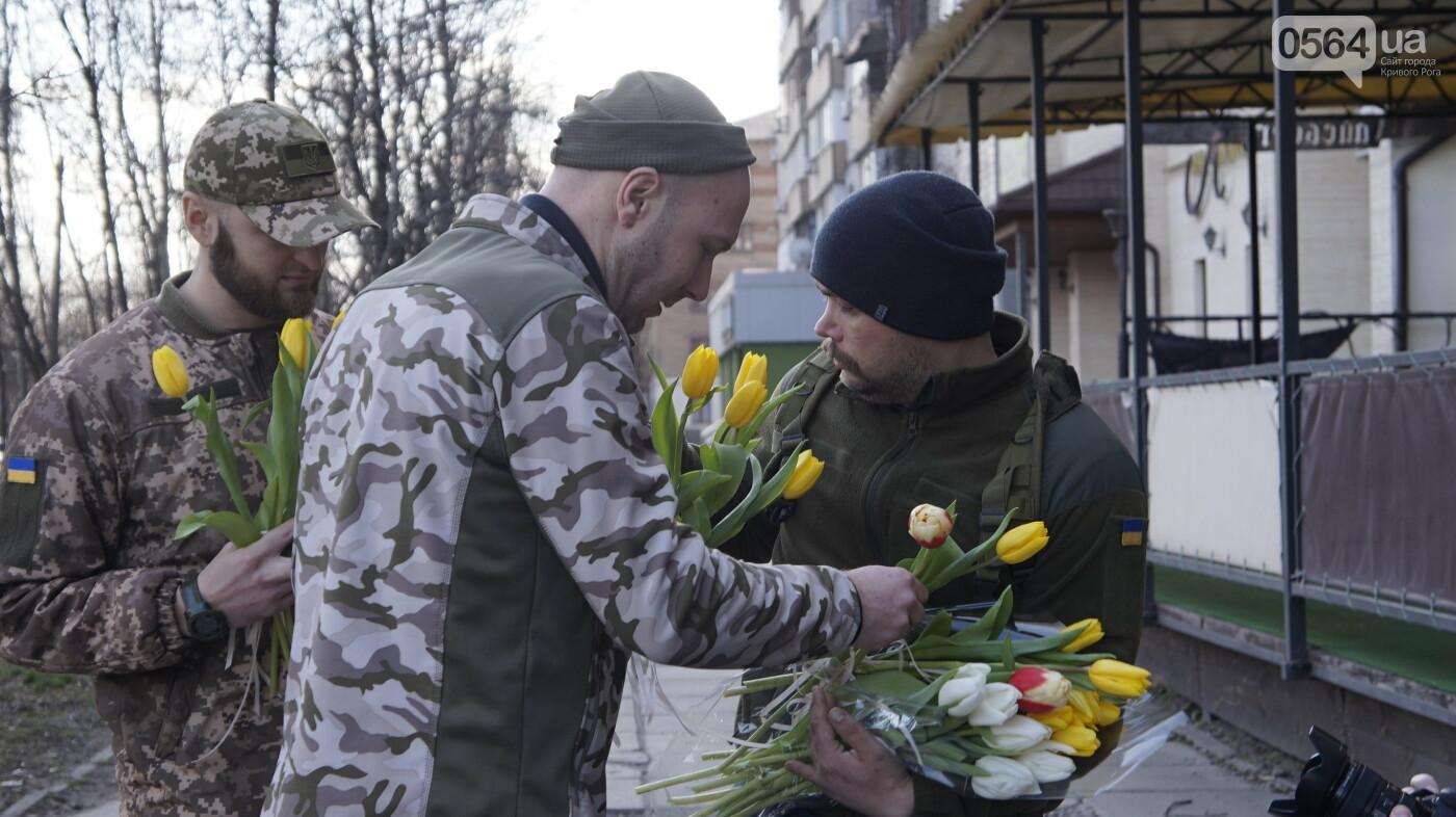 """В первый день весны в Кривом Роге участники боевых действий дарили женщинам цветы и """"гормон счастья"""", - ФОТО, ВИДЕО , фото-1"""