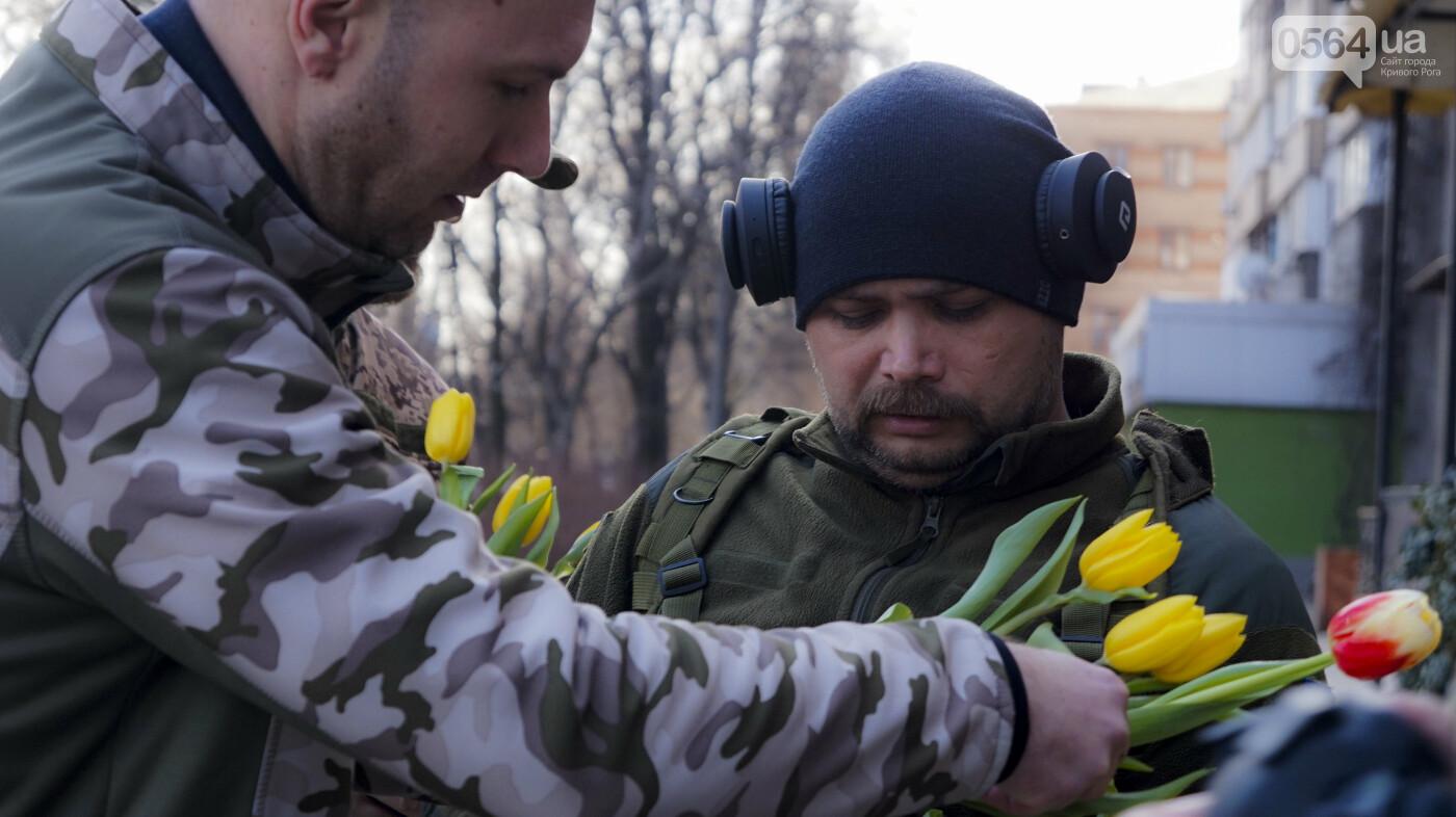 """В первый день весны в Кривом Роге участники боевых действий дарили женщинам цветы и """"гормон счастья"""", - ФОТО, ВИДЕО , фото-2"""