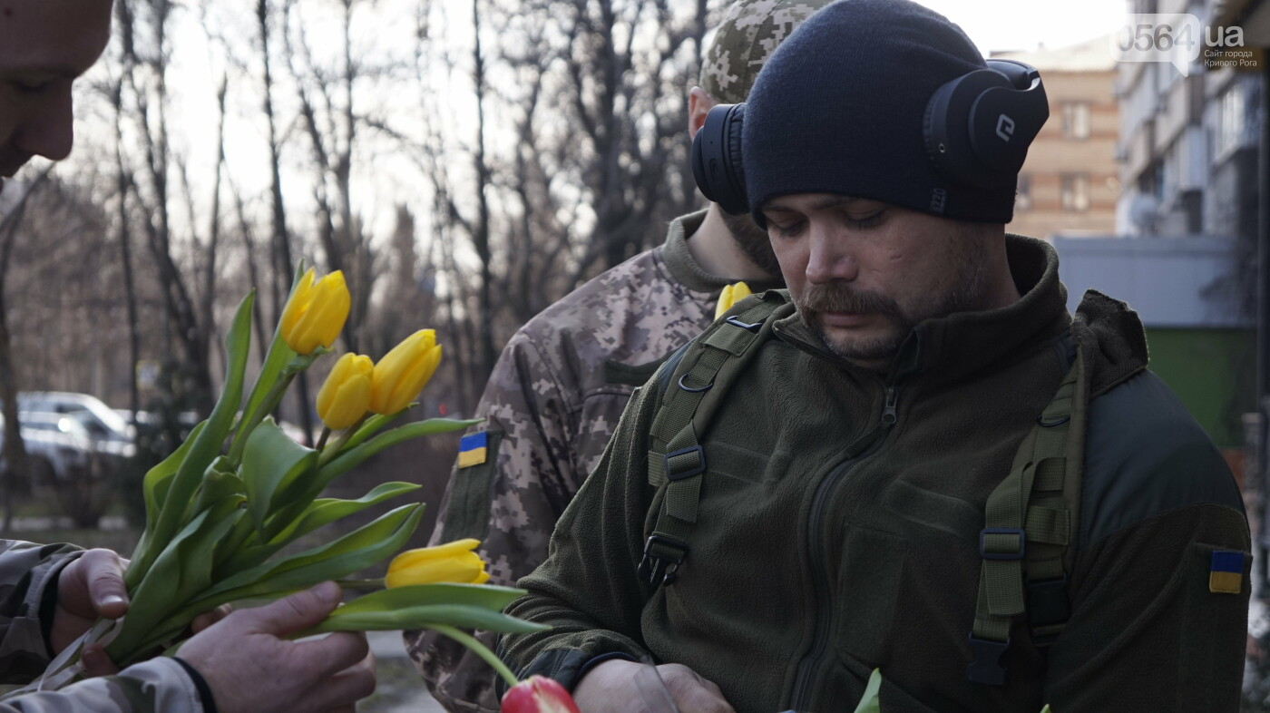 """В первый день весны в Кривом Роге участники боевых действий дарили женщинам цветы и """"гормон счастья"""", - ФОТО, ВИДЕО , фото-7"""