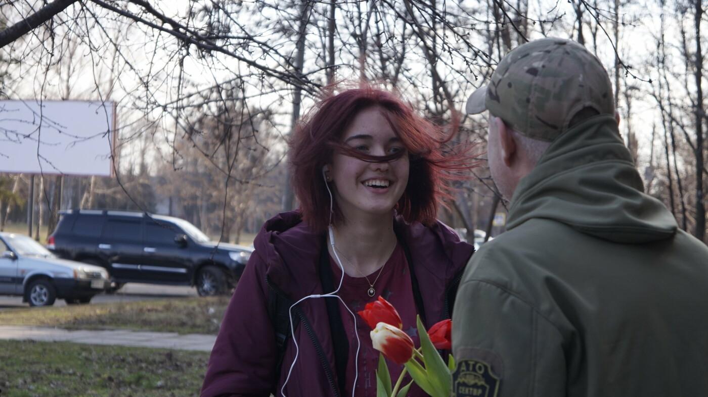 """В первый день весны в Кривом Роге участники боевых действий дарили женщинам цветы и """"гормон счастья"""", - ФОТО, ВИДЕО , фото-3"""