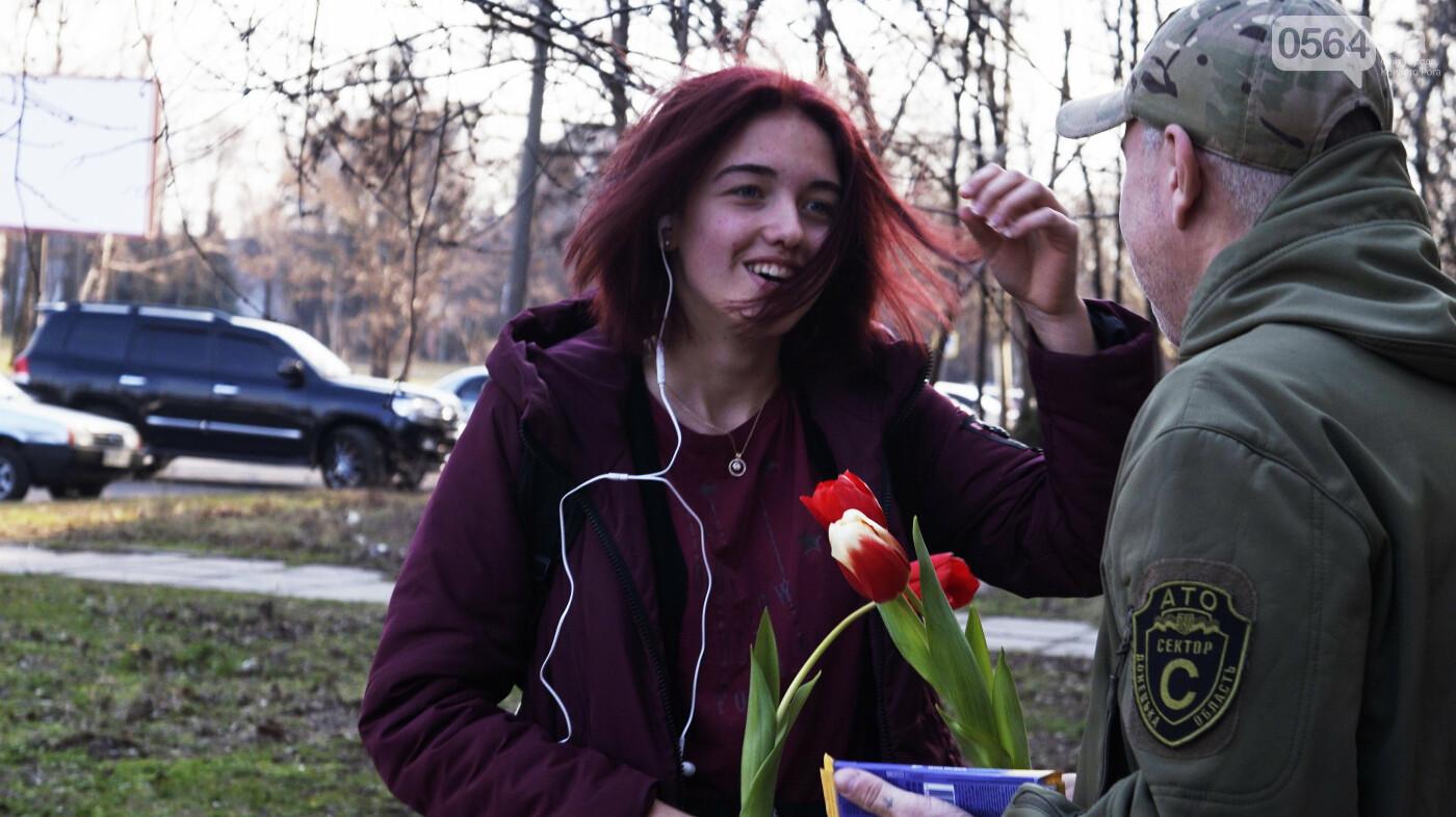 """В первый день весны в Кривом Роге участники боевых действий дарили женщинам цветы и """"гормон счастья"""", - ФОТО, ВИДЕО , фото-8"""