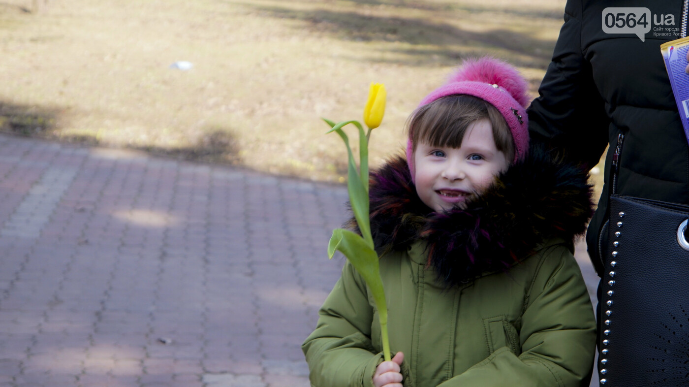 """В первый день весны в Кривом Роге участники боевых действий дарили женщинам цветы и """"гормон счастья"""", - ФОТО, ВИДЕО , фото-10"""