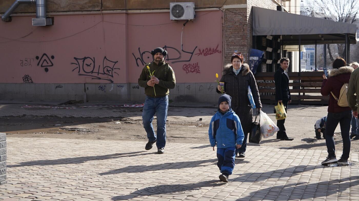 """В первый день весны в Кривом Роге участники боевых действий дарили женщинам цветы и """"гормон счастья"""", - ФОТО, ВИДЕО , фото-11"""