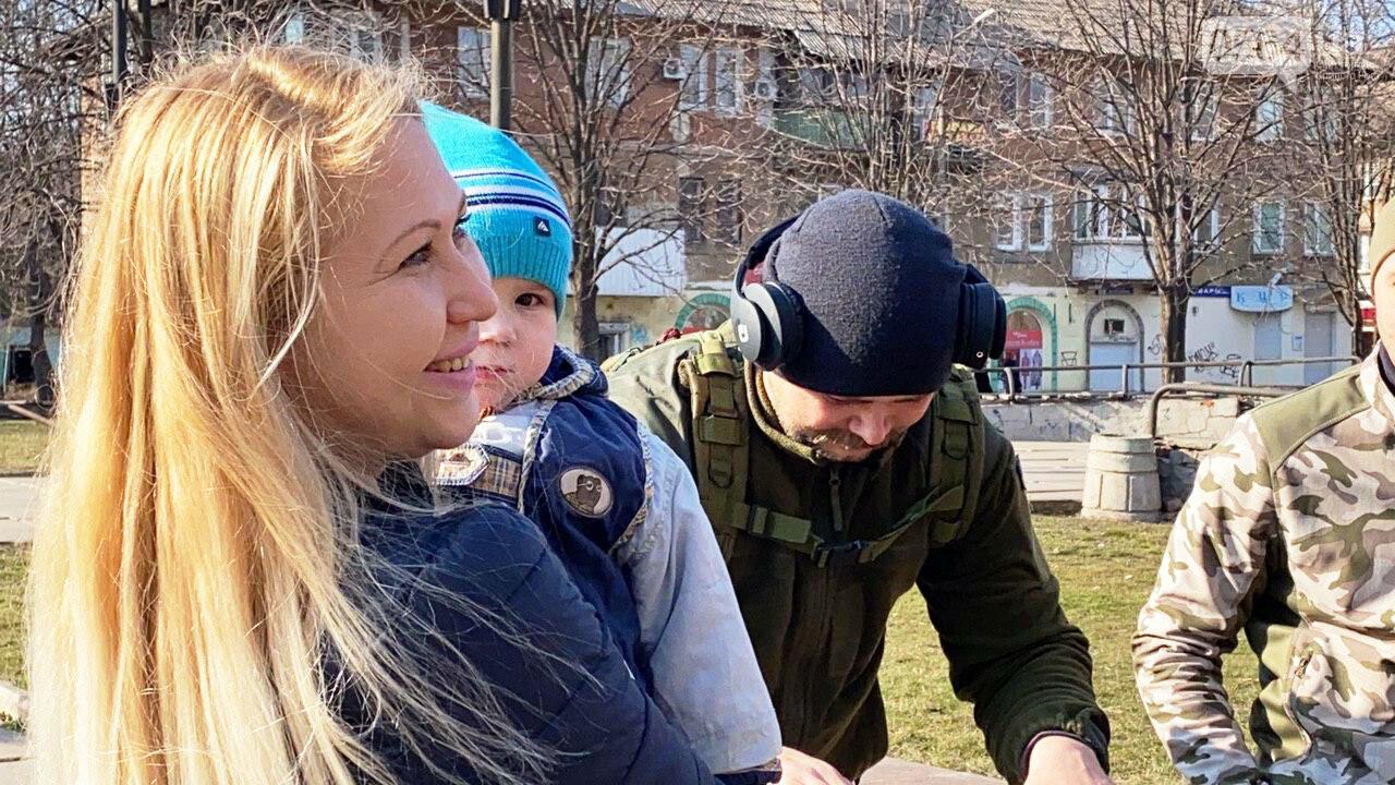 """В первый день весны в Кривом Роге участники боевых действий дарили женщинам цветы и """"гормон счастья"""", - ФОТО, ВИДЕО , фото-13"""