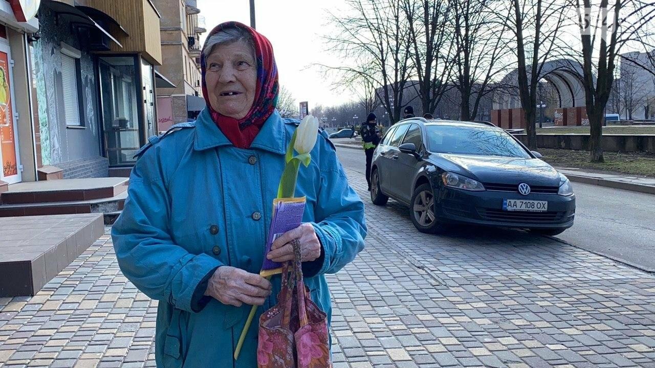 """В первый день весны в Кривом Роге участники боевых действий дарили женщинам цветы и """"гормон счастья"""", - ФОТО, ВИДЕО , фото-14"""