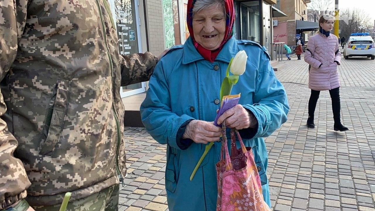 """В первый день весны в Кривом Роге участники боевых действий дарили женщинам цветы и """"гормон счастья"""", - ФОТО, ВИДЕО , фото-15"""