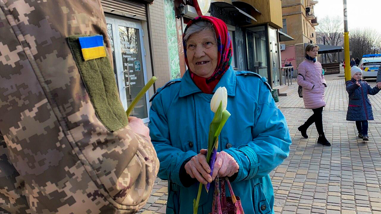 """В первый день весны в Кривом Роге участники боевых действий дарили женщинам цветы и """"гормон счастья"""", - ФОТО, ВИДЕО , фото-16"""