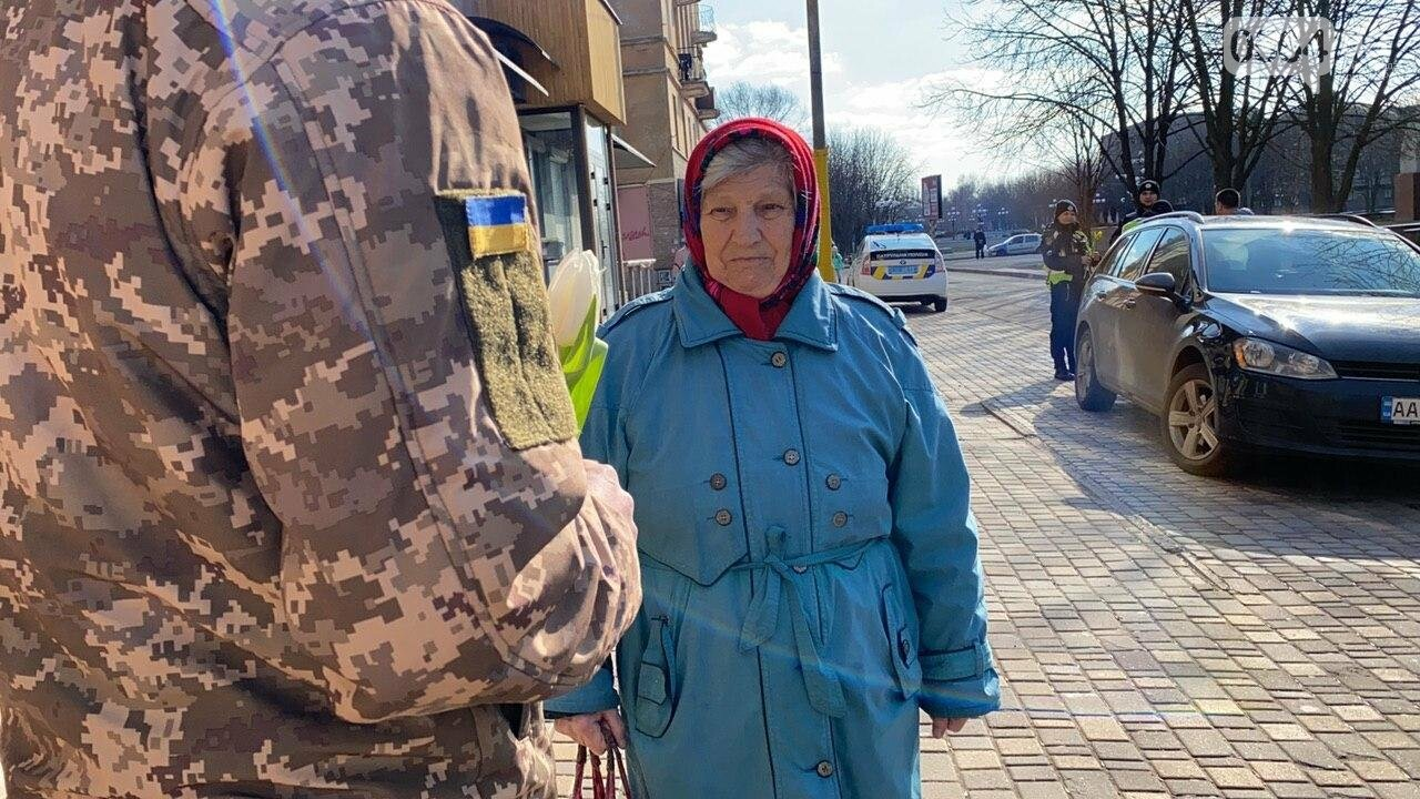 """В первый день весны в Кривом Роге участники боевых действий дарили женщинам цветы и """"гормон счастья"""", - ФОТО, ВИДЕО , фото-19"""