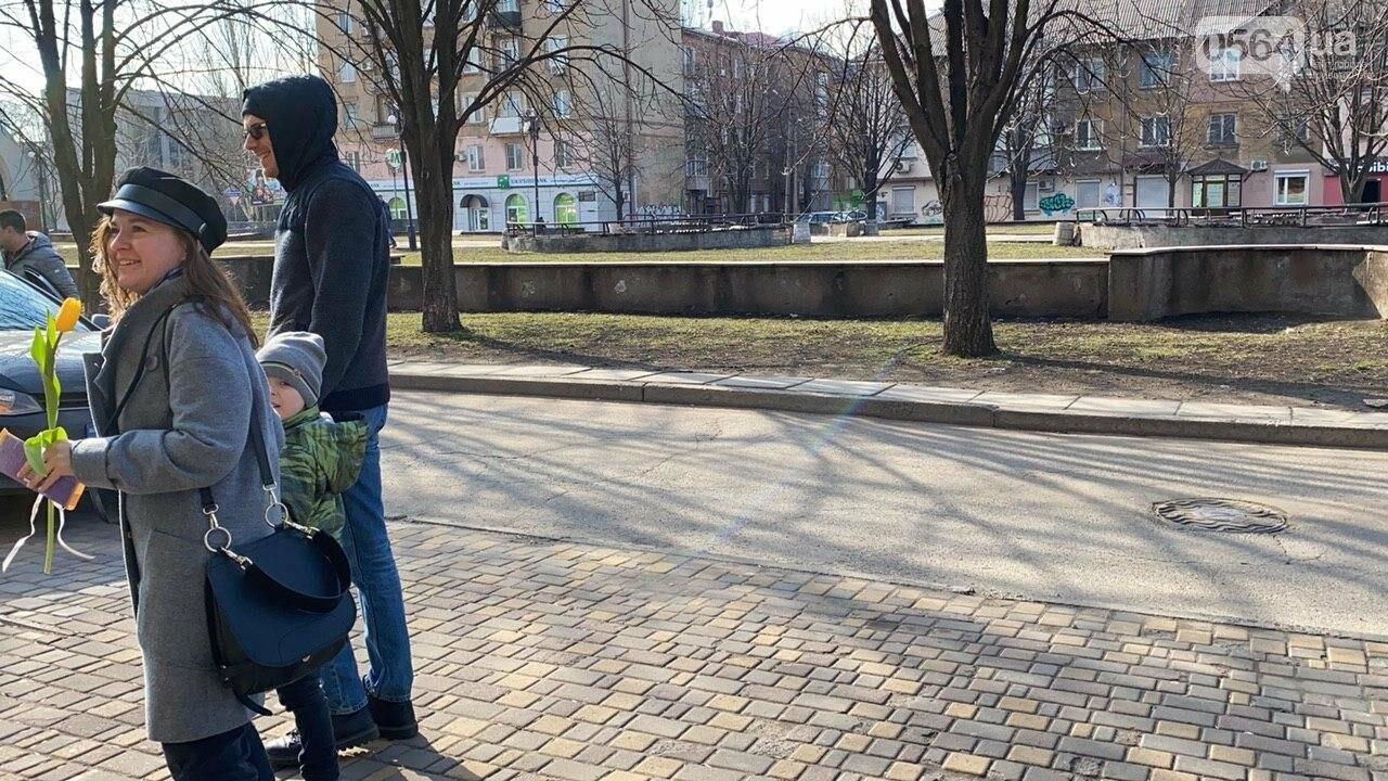 """В первый день весны в Кривом Роге участники боевых действий дарили женщинам цветы и """"гормон счастья"""", - ФОТО, ВИДЕО , фото-20"""