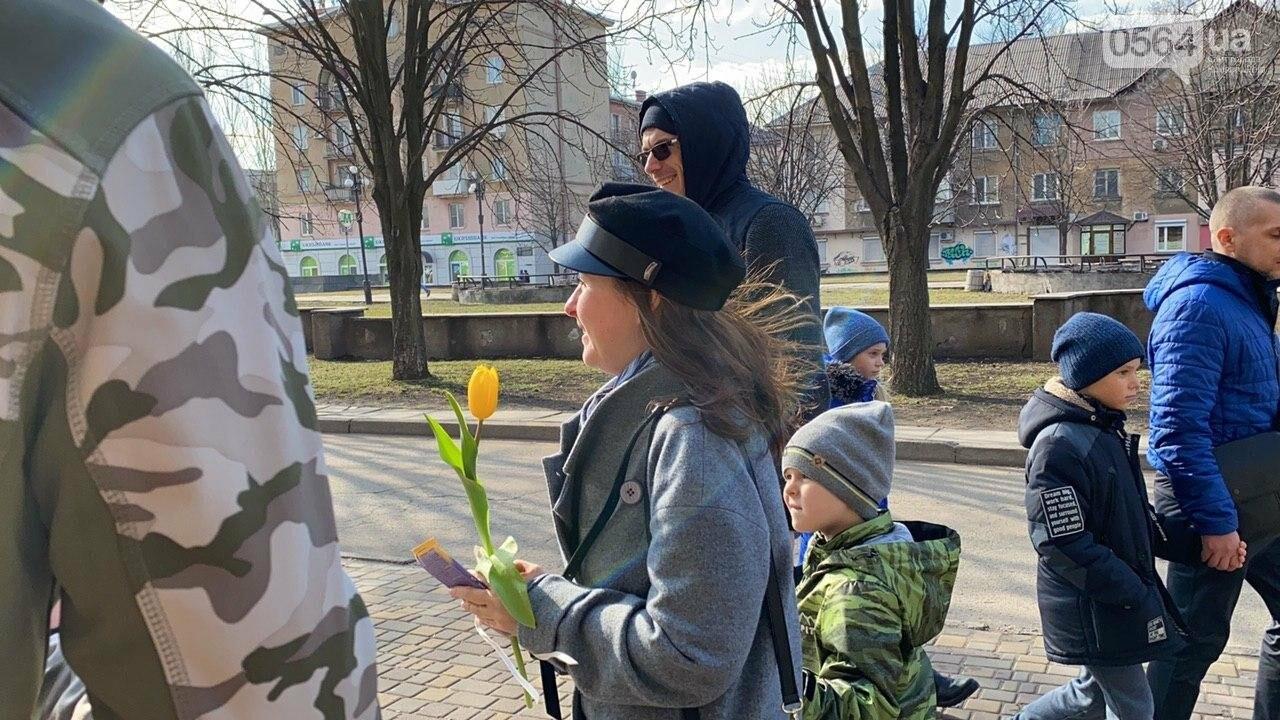 """В первый день весны в Кривом Роге участники боевых действий дарили женщинам цветы и """"гормон счастья"""", - ФОТО, ВИДЕО , фото-21"""