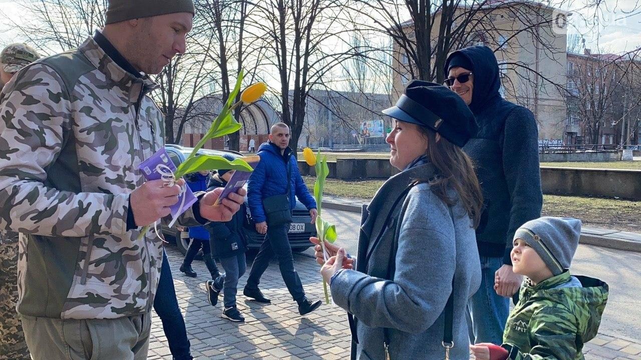 """В первый день весны в Кривом Роге участники боевых действий дарили женщинам цветы и """"гормон счастья"""", - ФОТО, ВИДЕО , фото-22"""
