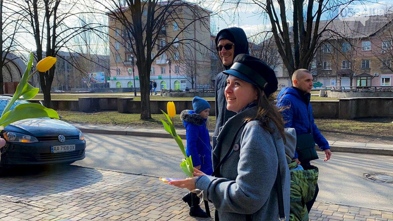 """В первый день весны в Кривом Роге участники боевых действий дарили женщинам цветы и """"гормон счастья"""", - ФОТО, ВИДЕО , фото-23"""