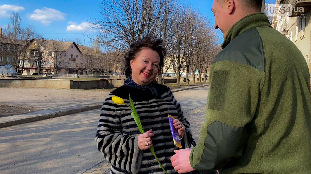 """В первый день весны в Кривом Роге участники боевых действий дарили женщинам цветы и """"гормон счастья"""", - ФОТО, ВИДЕО , фото-24"""