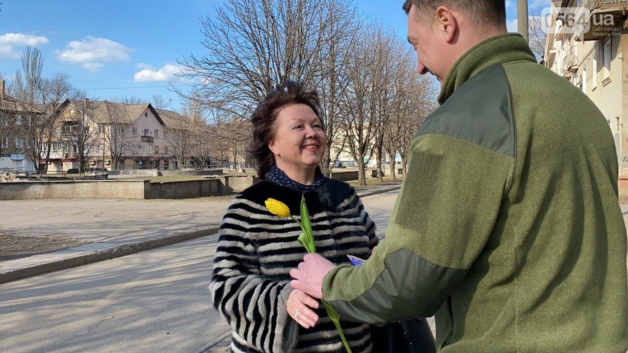 """В первый день весны в Кривом Роге участники боевых действий дарили женщинам цветы и """"гормон счастья"""", - ФОТО, ВИДЕО , фото-26"""