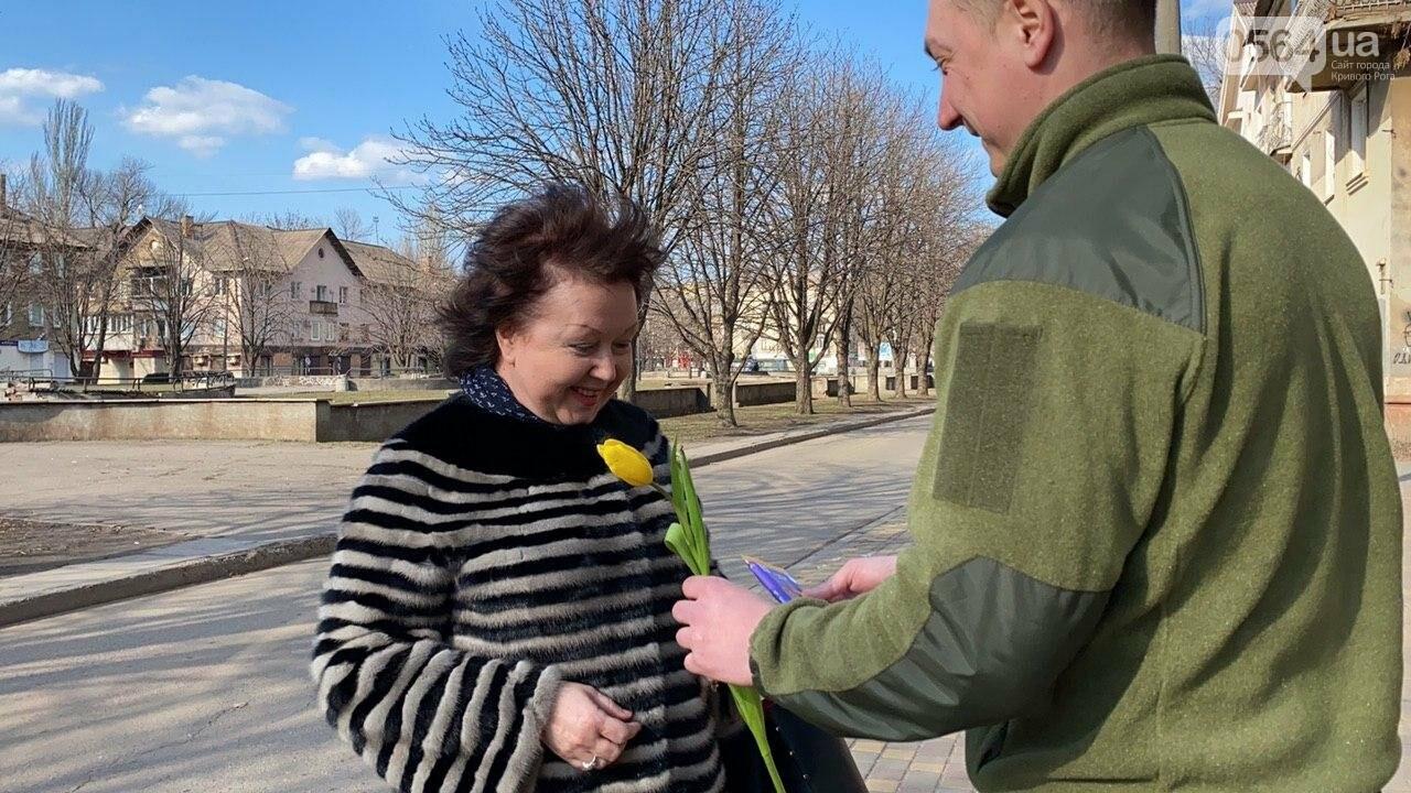 """В первый день весны в Кривом Роге участники боевых действий дарили женщинам цветы и """"гормон счастья"""", - ФОТО, ВИДЕО , фото-27"""