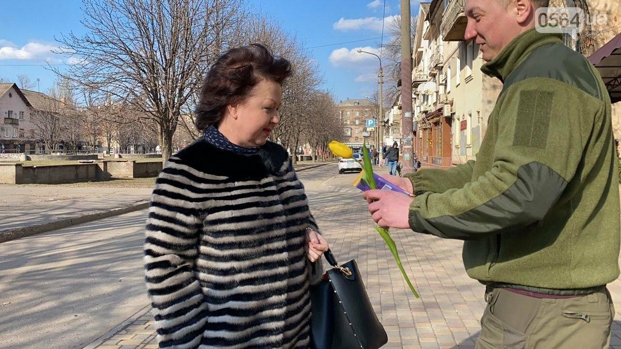 """В первый день весны в Кривом Роге участники боевых действий дарили женщинам цветы и """"гормон счастья"""", - ФОТО, ВИДЕО , фото-29"""