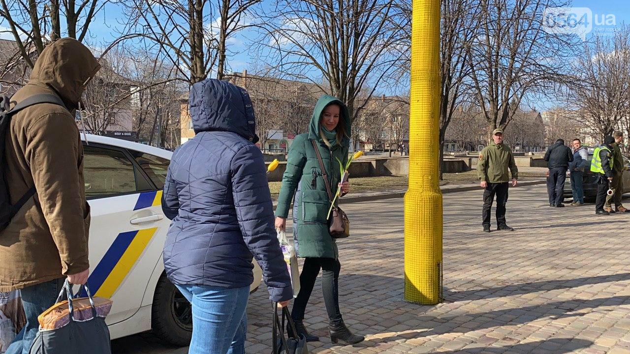 """В первый день весны в Кривом Роге участники боевых действий дарили женщинам цветы и """"гормон счастья"""", - ФОТО, ВИДЕО , фото-30"""
