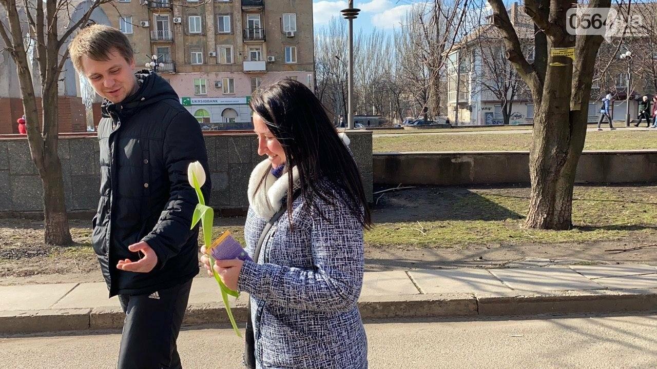"""В первый день весны в Кривом Роге участники боевых действий дарили женщинам цветы и """"гормон счастья"""", - ФОТО, ВИДЕО , фото-37"""