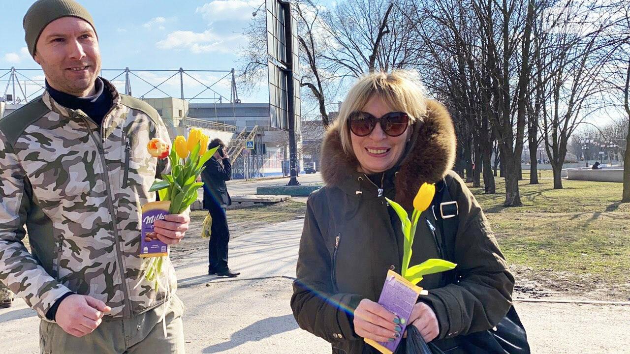 """В первый день весны в Кривом Роге участники боевых действий дарили женщинам цветы и """"гормон счастья"""", - ФОТО, ВИДЕО , фото-35"""