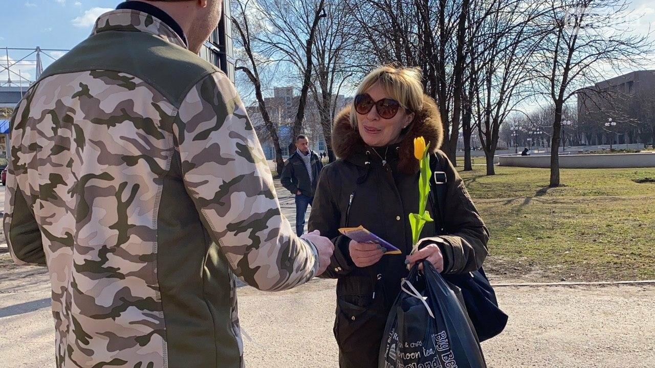 """В первый день весны в Кривом Роге участники боевых действий дарили женщинам цветы и """"гормон счастья"""", - ФОТО, ВИДЕО , фото-36"""