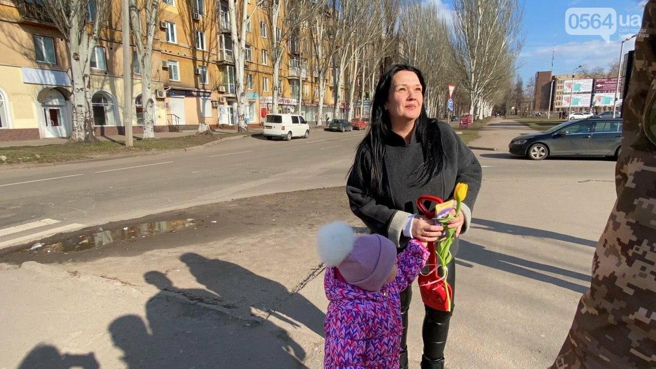 """В первый день весны в Кривом Роге участники боевых действий дарили женщинам цветы и """"гормон счастья"""", - ФОТО, ВИДЕО , фото-40"""