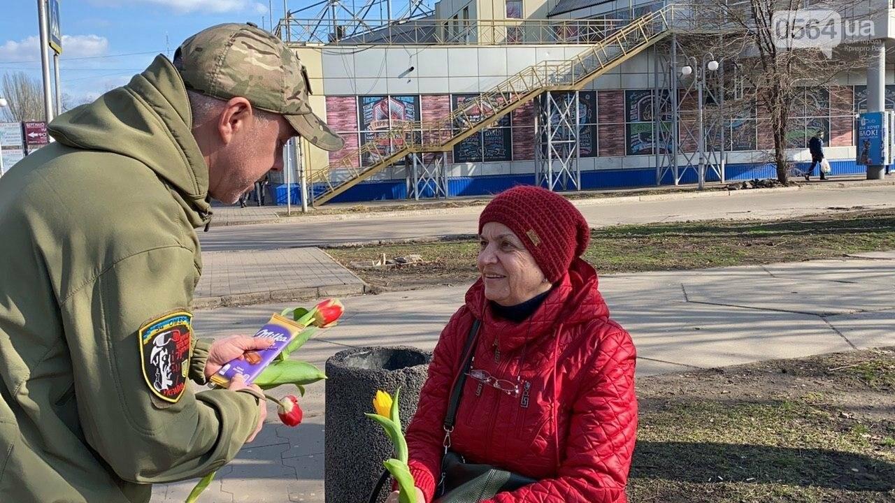 """В первый день весны в Кривом Роге участники боевых действий дарили женщинам цветы и """"гормон счастья"""", - ФОТО, ВИДЕО , фото-49"""