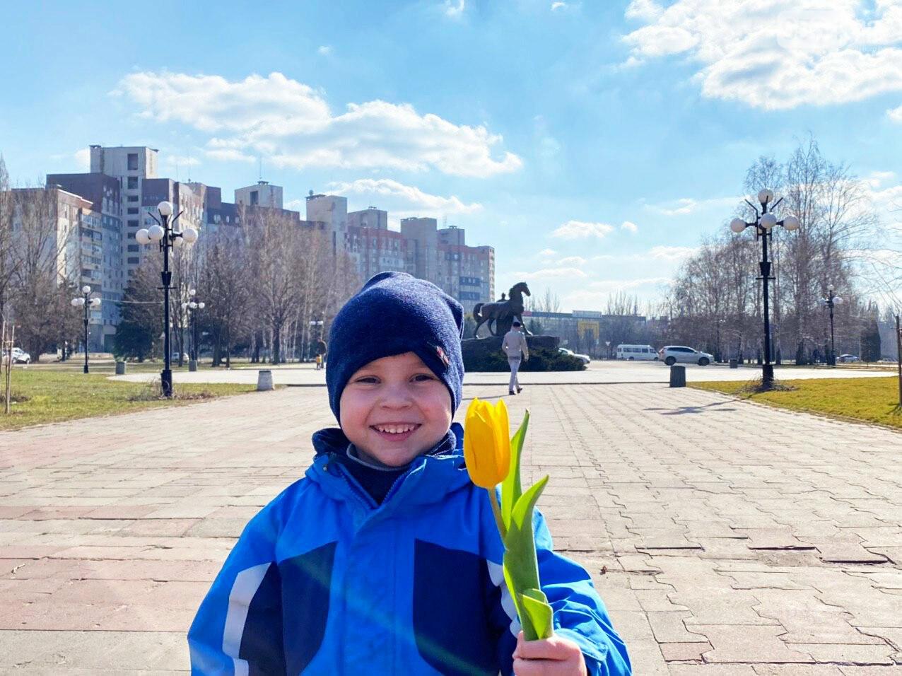 """В первый день весны в Кривом Роге участники боевых действий дарили женщинам цветы и """"гормон счастья"""", - ФОТО, ВИДЕО , фото-42"""