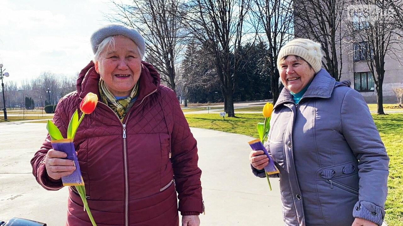 """В первый день весны в Кривом Роге участники боевых действий дарили женщинам цветы и """"гормон счастья"""", - ФОТО, ВИДЕО , фото-43"""