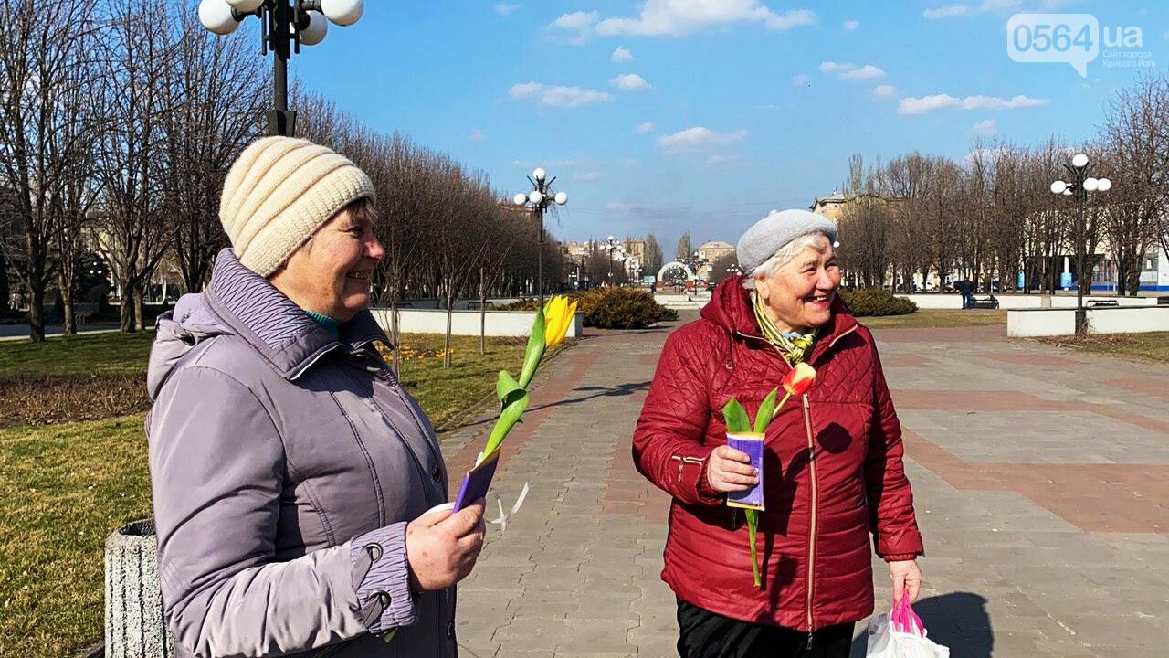 """В первый день весны в Кривом Роге участники боевых действий дарили женщинам цветы и """"гормон счастья"""", - ФОТО, ВИДЕО , фото-44"""