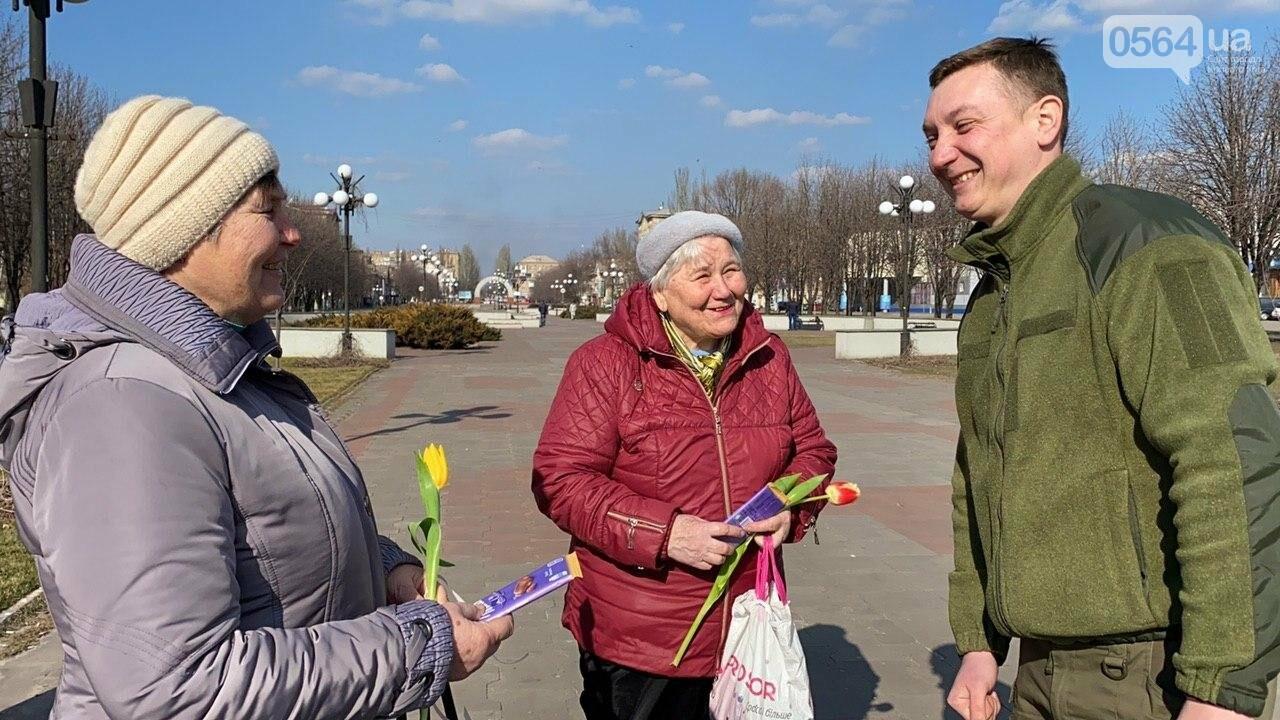 """В первый день весны в Кривом Роге участники боевых действий дарили женщинам цветы и """"гормон счастья"""", - ФОТО, ВИДЕО , фото-48"""