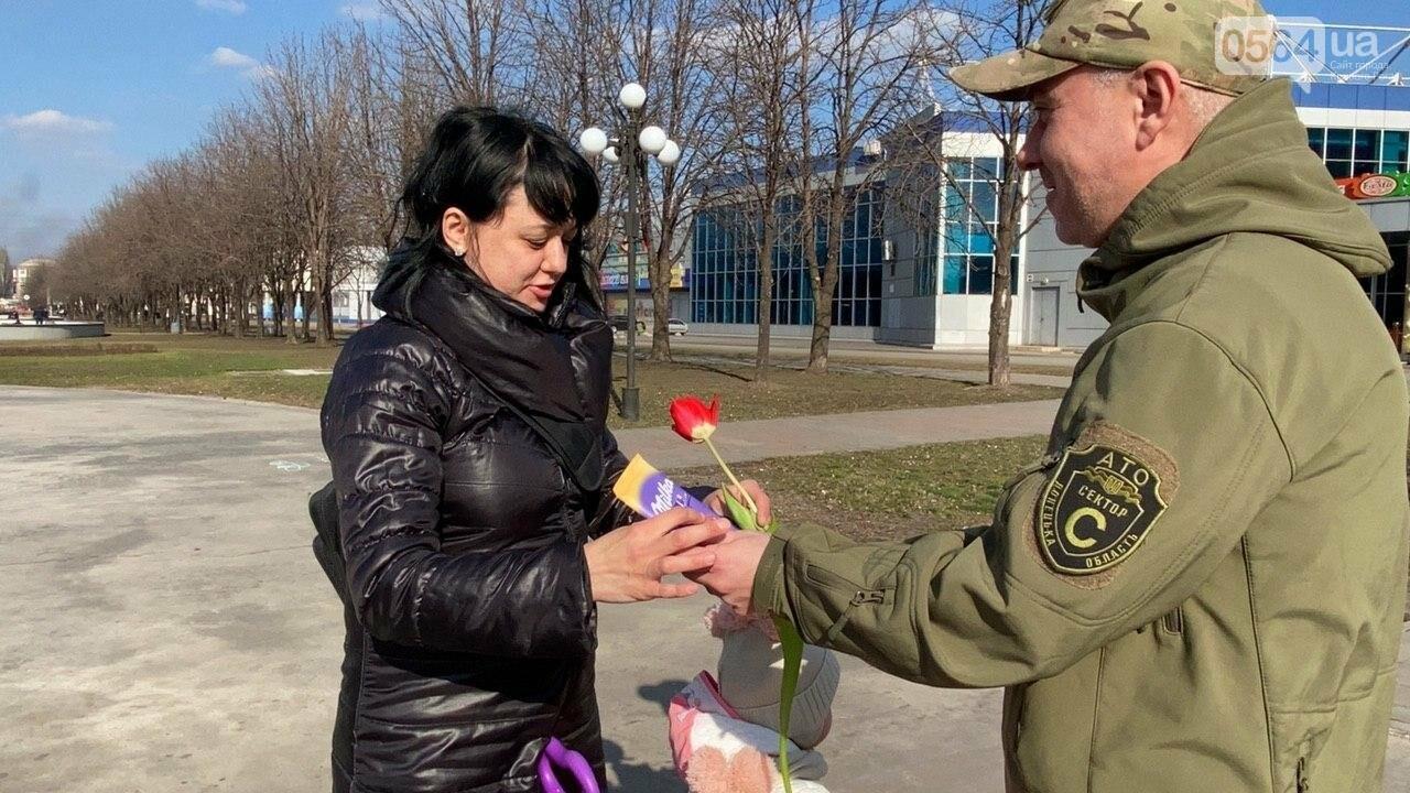 """В первый день весны в Кривом Роге участники боевых действий дарили женщинам цветы и """"гормон счастья"""", - ФОТО, ВИДЕО , фото-58"""