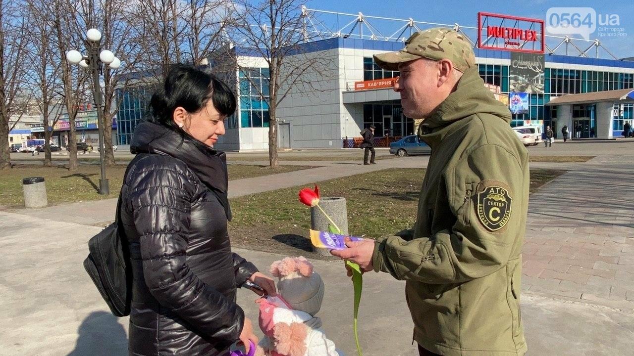 """В первый день весны в Кривом Роге участники боевых действий дарили женщинам цветы и """"гормон счастья"""", - ФОТО, ВИДЕО , фото-53"""