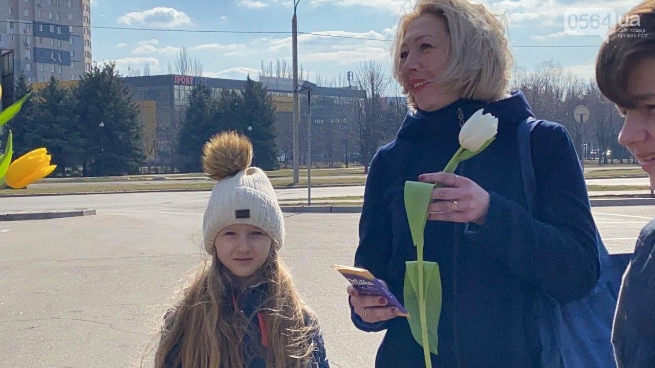 """В первый день весны в Кривом Роге участники боевых действий дарили женщинам цветы и """"гормон счастья"""", - ФОТО, ВИДЕО , фото-56"""