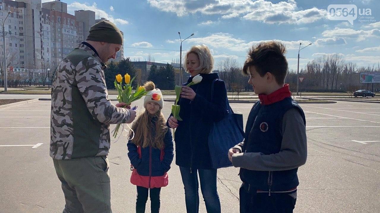 """В первый день весны в Кривом Роге участники боевых действий дарили женщинам цветы и """"гормон счастья"""", - ФОТО, ВИДЕО , фото-52"""