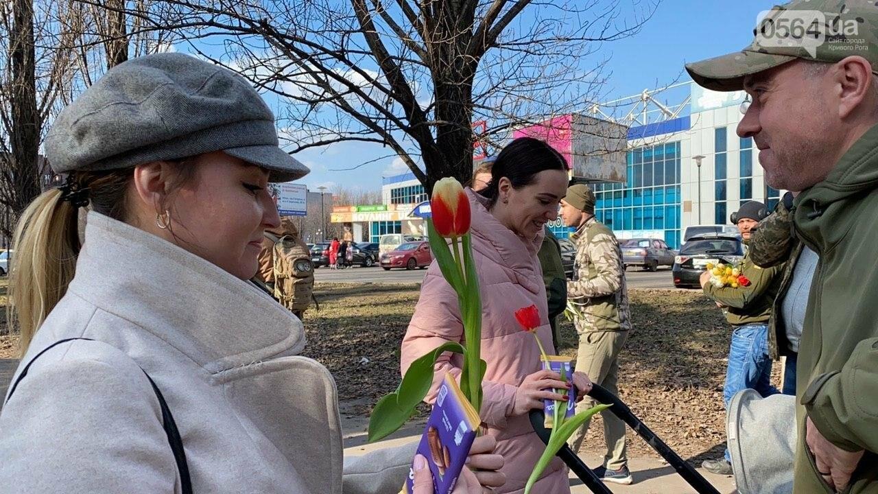 """В первый день весны в Кривом Роге участники боевых действий дарили женщинам цветы и """"гормон счастья"""", - ФОТО, ВИДЕО , фото-51"""